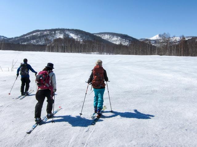 雪原を歩く3人